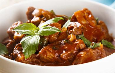肉味香浓,口感肥厚而醇香。柱侯酱焖牛腩萝卜是经典的粤菜之一,对广东人来说是毫不陌生。焖牛腩汁拌饭,依然赞不绝口。