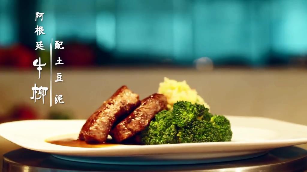 牛柳是牛的里脊肉,牛身上极嫩的部位,低脂鲜嫩,煎炒不易变老,是老人小孩的不二选择。搭配富含淀粉的土豆,营养美味又健康。